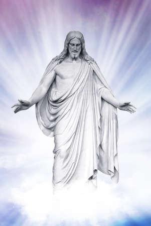 creador: Estatua de Jesucristo en las nubes del cielo azul de fondo, concepto cristianismo