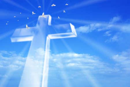 La cruz cristiana sobre un fondo hermoso cielo, para pasar las vacaciones, Navidad, Pascua y diseños de la religión Foto de archivo