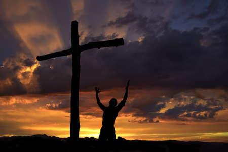 religion catolica: Paisajes cielo dram�tico con una cruz de la monta�a y un adorador