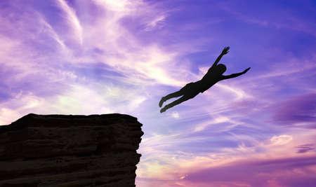 gente saltando: Silueta de un hombre saltando de un acantilado sobre fondo morado