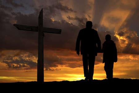 familia orando: Abuelo mano a mano con el nieto antes de cruz
