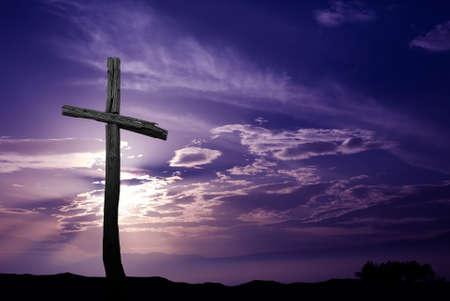 simbolos religiosos: Silueta de la cruz sobre la salida del sol púrpura o la puesta del sol Foto de archivo
