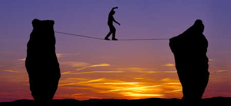 marcheur: High line marcheur entre deux rochers notion de prise de risque et le défi