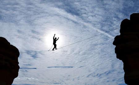 marcheur: Highline marcheur entre deux toits notion de prise de risque et le d�fi Banque d'images