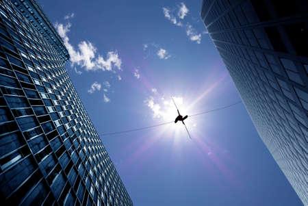 Highline wandelaar in blauwe lucht tussen twee gebouwen concept van het nemen van risico's en uitdagingen