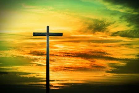 cruz religiosa: Silueta cruzada más espectacular cielo verde y amarillo al atardecer