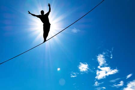 Man balanceren op het touw concept van het nemen van risico's en uitdagingen Stockfoto