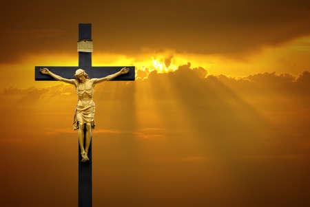Jesucristo en la cruz sobre el fondo del cielo con una luz celestial que brilla desde arriba