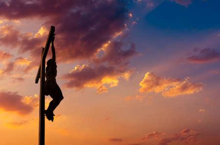 hombre orando: Jesucristo Hijo de Dios sobre el cielo de fondo dramático