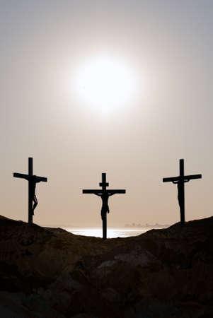 jezus: Trzy krzyże na wzgórzu Golgoty reprezentujący dzień ukrzyżowania Chrystusa