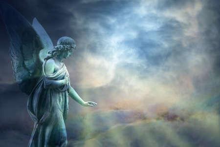 religion catolica: Hermoso ángel en el cielo con los rayos de la luz divina