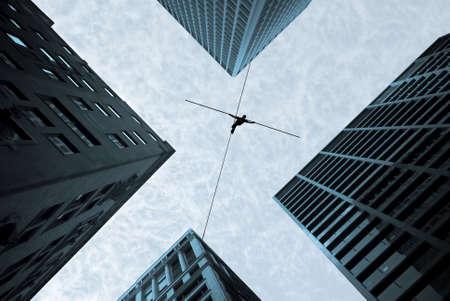 Highline walker en équilibre sur le concept de la corde de la prise de risque et le défi Banque d'images - 52677745