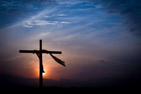 pasion: Iluminación dramática salida del sol y la cruz de Pascua Foto de archivo