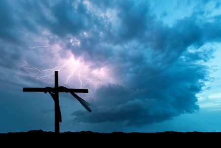 cristianismo: Rayos golpear detrás de la cruz religiosa