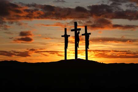 Trzy krzyże na wzgórzu Golgoty reprezentujący dzień ukrzyżowania Chrystusa? S