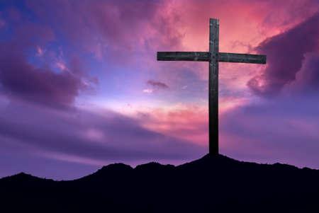 Silhouette de croix chrétienne au lever ou au coucher du soleil concept de religion Banque d'images - 54786586