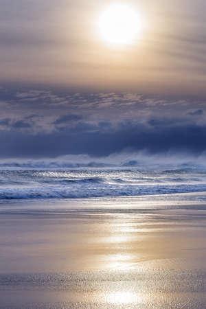 vacaciones en la playa: perfecta puesta de sol playa tropical fondo de vacaciones Foto de archivo