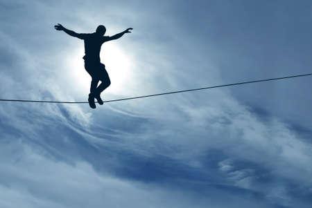 ロープ論についてリスクの分散の男のシルエット