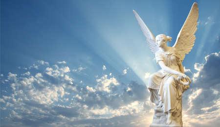 Krásný anděl v nebi s božskými paprsky světla