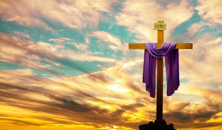 일출 또는 일몰 전경에서 기독교 십자가의 실루엣