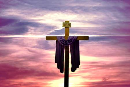 日の出や日没のパノラマ ビューでキリスト教の十字のシルエット 写真素材