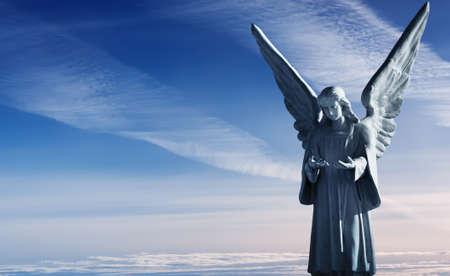 Beeldhouwkunst van mooie engel over prachtige hemel