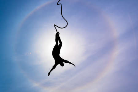 bungee jumping: Silueta de la persona Puenting en concepto de valor éxito y la motivación