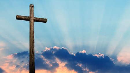 Christelijk kruis gemaakt van hout over mooie hemelachtergrond Stockfoto