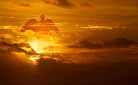 Mooie engel in gouden hemel concept van religie Stockfoto