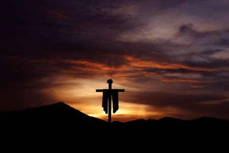 日の出や日没の概念宗教のキリスト教の十字のシルエット