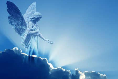 Hermoso ángel en el cielo con los rayos de la luz divina Foto de archivo - 65223541
