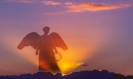 Hermoso ángel en el cielo con los rayos de la luz divina Foto de archivo - 69339886