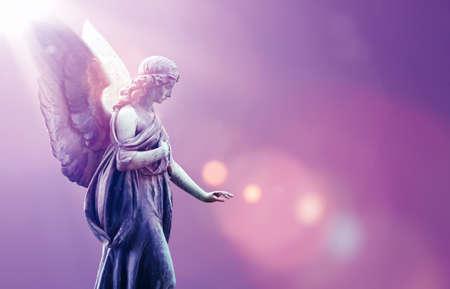 Piękny anioł w niebie z boskimi promieniami światła słonecznego