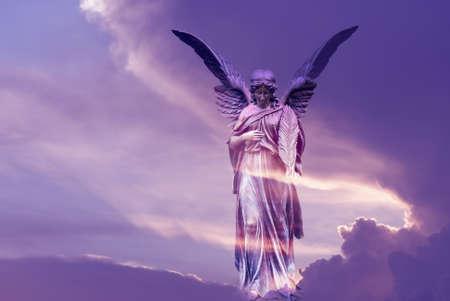 Magische engel in de hemel Licht aan het einde van het tunnelconcept