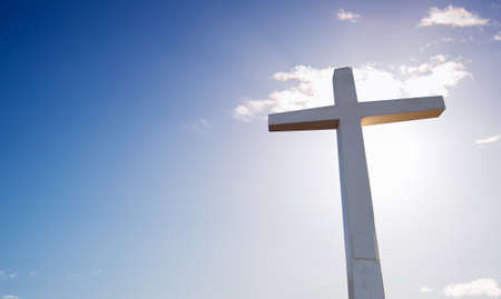 Christian cross over beautiful sky background concept of religion Banque d'images