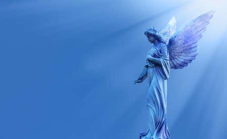 Angelo magico in cielo ispirato da Dio con raggi divini di luce solare Archivio Fotografico - 83662113