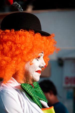 西班牙的德拉克鲁兹港——2020年2月29日:狂欢节正式结束。游行的狂欢节团体,跳舞,装饰的汽车和狂欢节皇后。小丑中的小丑