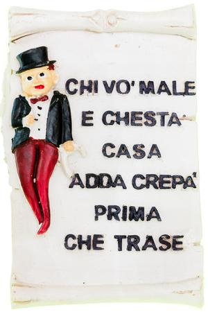 """napoletana: piastrella napoletano magnetico con proverbio italiano: """"coloro che vogliono fare del male a questa casa deve morire prima di entrare"""""""