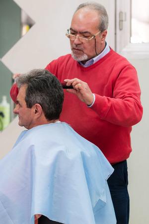 Skilled old Barber Hairdresser in Italy Sicily Foto de archivo