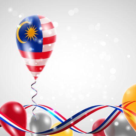 Bandera de Malasia en el globo. Celebración y regalos. La cinta con los colores de la bandera se retorció debajo del globo. Día De La Independencia. Globos en la fiesta del día nacional.