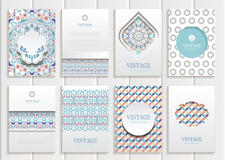 Stock vector set van brochures in vintage stijl. Vector design templates uitstekende frames en achtergronden. Gebruik voor gedrukte materialen, onderdelen, websites, borden. Stock Illustratie