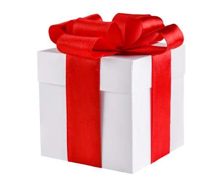Geschenkdoos met rode strik op wit wordt geïsoleerd