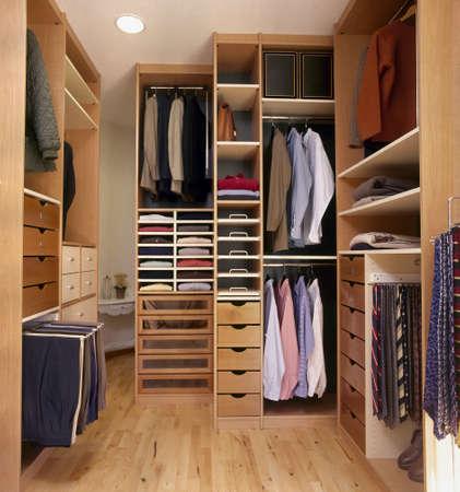 prádlo: moderní šatna s parketovou podlahou Redakční