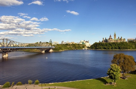ottawa: OTTAWA, CANADA – AUGUSTUS 8: Parliament Buildings and Fairmont Chateau Laurier Hotel in Ottawa .Wide-angle view of Parliament Hill and Ottawa River, Ontario, Canada Stock Photo