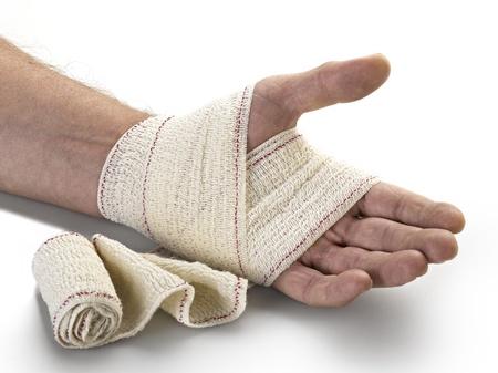 broken wrist: Medicina vendaje en la mano del hombre