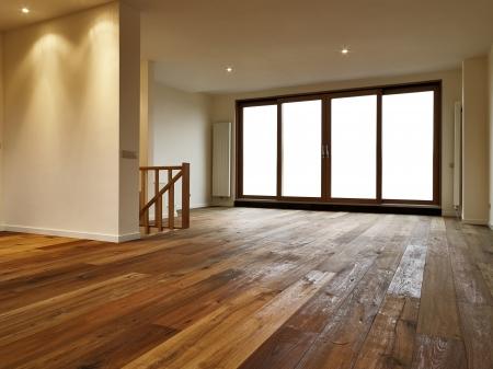 Leere großes Wohnzimmer, gibt es einen Weg für die Fenster