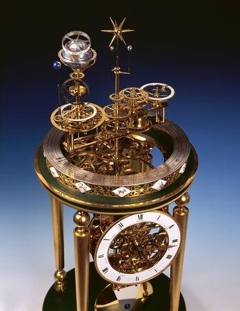 reloj antiguo: Reloj antiguo con movimiento perpetuo