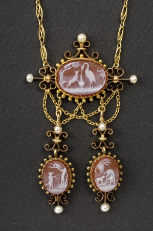 fontaine: old gold necklace depicting three fables of Jean de La Fontaine