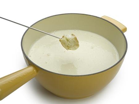 Käsefondue isoliert auf weiß