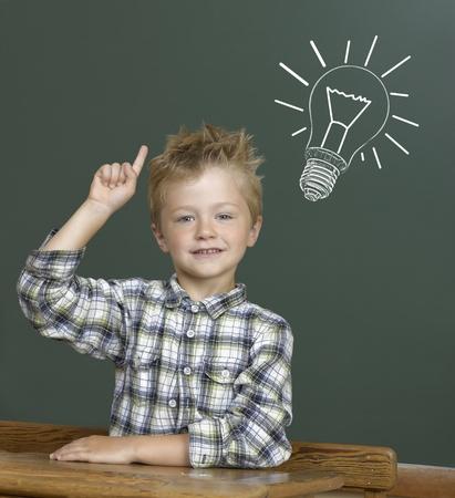 Fröhlich lächelnde Kind an der Tafel. Lizenzfreie Bilder